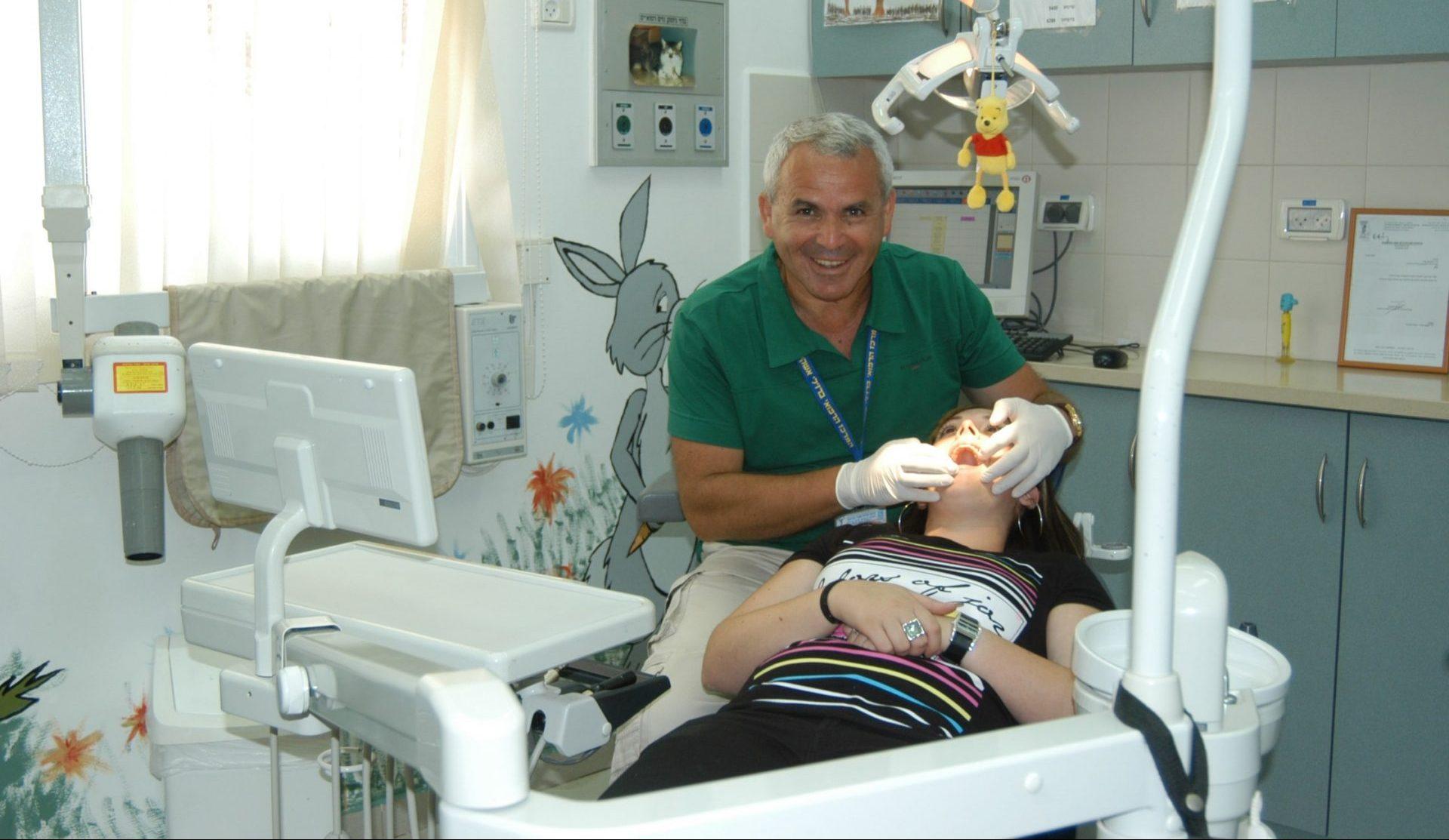 דר אורי זילברמן במרפאת השיניים בברזילי. צילום: המרכז הרפואי ברזילי