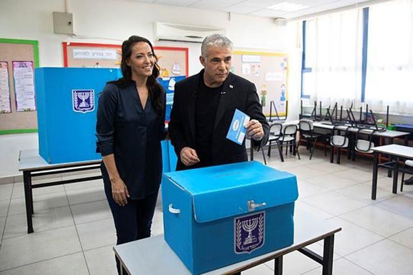 יאיר לפיד ורעייתו מצביעים. צילום: מגד גוזני