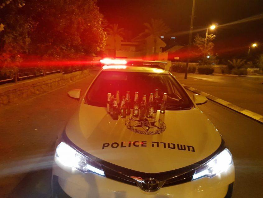 ניידת משטרה עם בקבוקי אלכוהול. צילום: דוברות המשטרה
