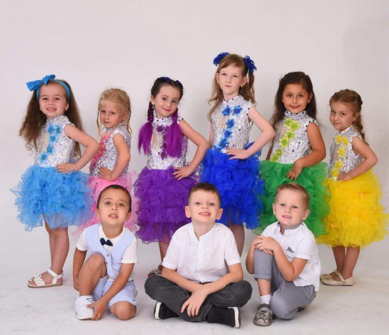 סמייליקים - שמלות במגוון צבעים (צילום: איליה חיציס)
