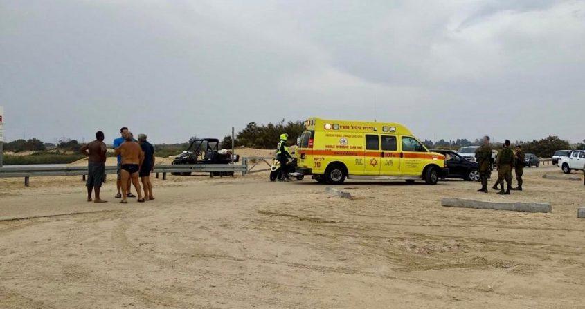 """אמבולנס ואופנוע מד""""א שהוזעקו לטפל בנפגעים בחוף זיקים. צילום: תיעוד מבצעי מד""""א"""