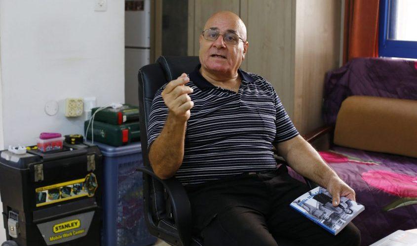 ישראל עמרם בביתו. צילום: פבל