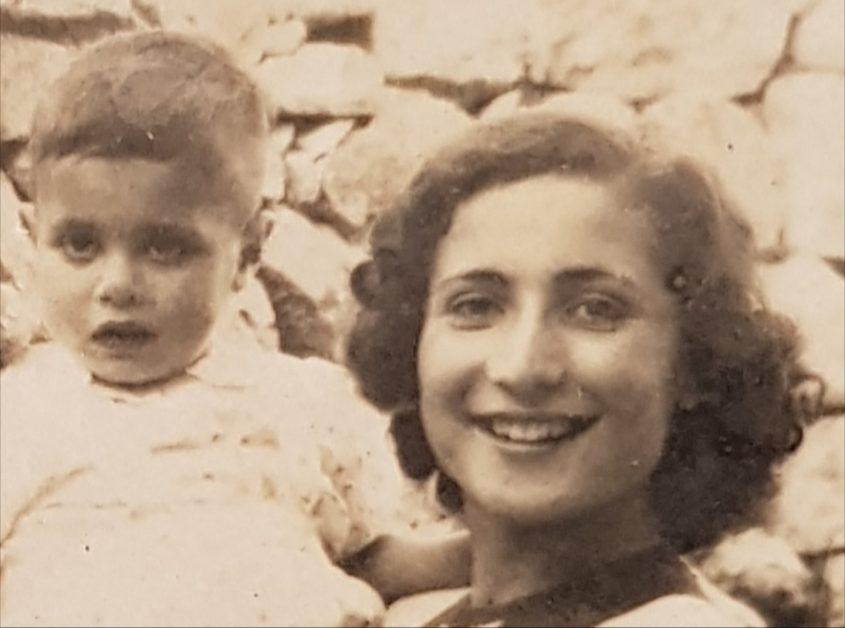 ישראל עמרם עם אמו שרה. מתוך אלבום פרטי
