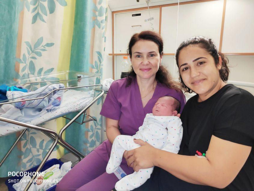 ספיר רחמן וקסניה רדיונוב עם התינוק