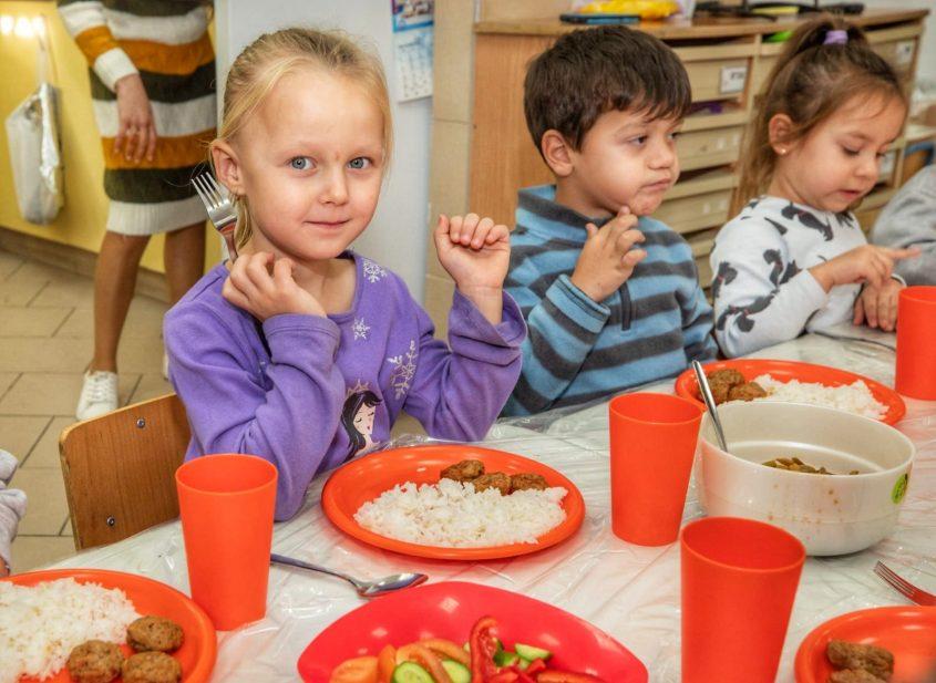 ילדים אוכלים בגנים באשקלון. צילום: סיוון מטודי
