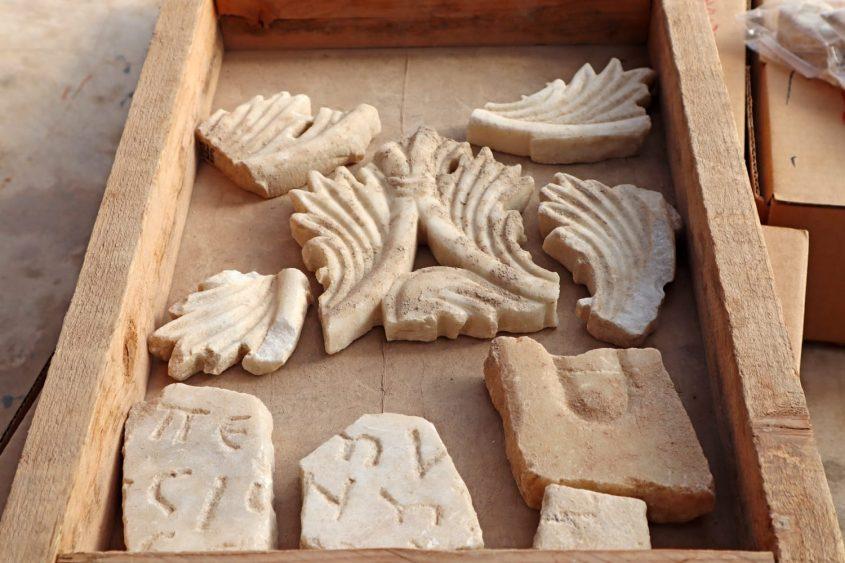 פריטי שיש מהכנסיה הביזנטית שפעלה במקום. צילום: ענת רסיוק, רשות העתיקות