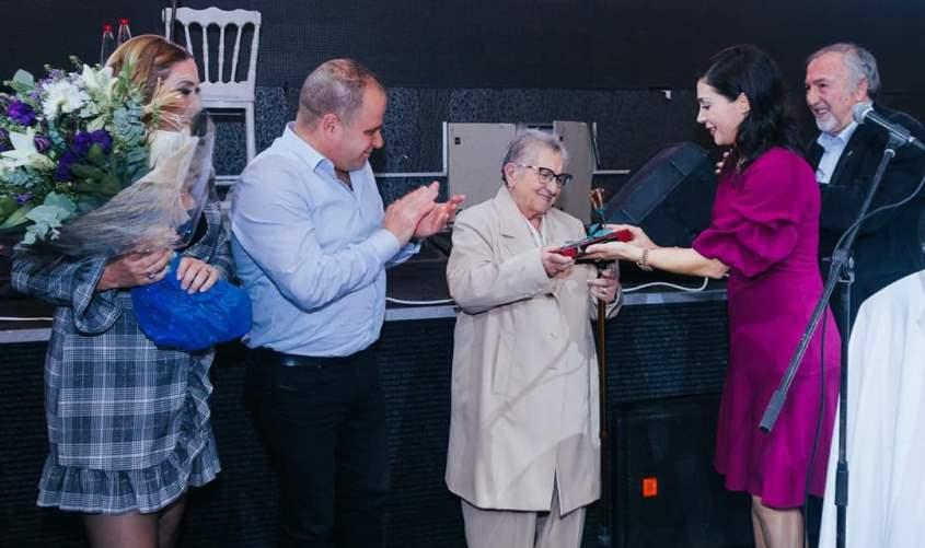 ברטה אליעזר מקבלת פרס מפעל חיים. צילום: אלכס דוסנוב