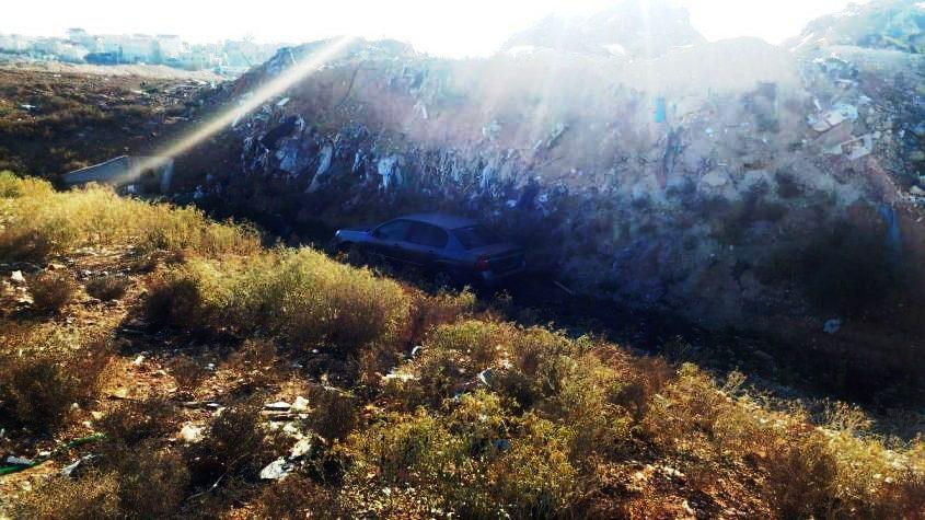 הרכב מוסתר מאחורי הרי הפסולת ללא לוחיות זיהוי. צילום: דוברות המשטרה