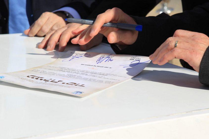 חותמים על מגילת היסוד. צילום: אלדד עובדיה