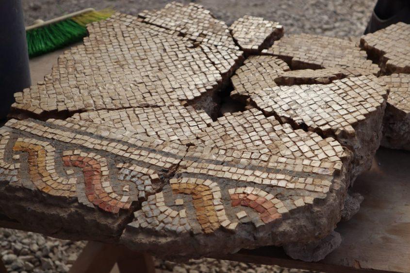 פסיפס שימש ריצוף לכנסיה העתיקה. צילום: ענת רסיוק, רשות העתיקות