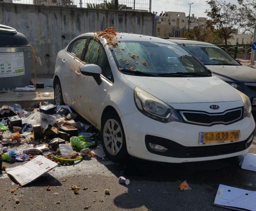 המכונית של תמי שטיינמץ עם הזבל על הגג. למה שינקו אחריהם?