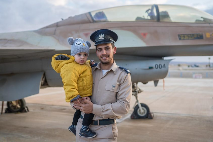 """דור ובנו בן השנה וחצי. צילום: דובר צה""""ל"""