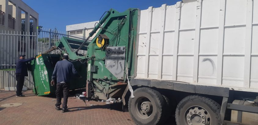 """משאית פינוי מכולות של חברת """"מאיה"""". צילום: אלירם משה"""