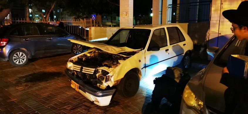 חבלן משטרה בודק את הרכב שניזוק מרקטה