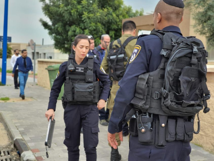 שוטרים בזירה. צילום: דוברות המשטרה