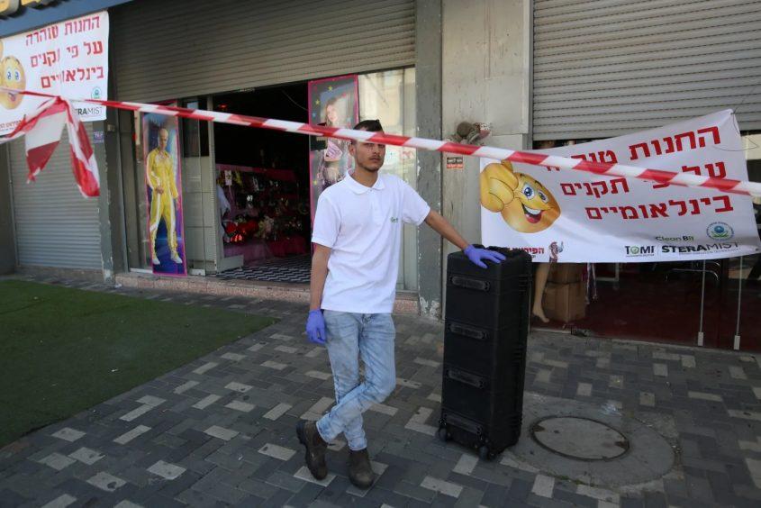 חנות הפיראט האדום שעברה חיטוי. צילום: דודו בכר