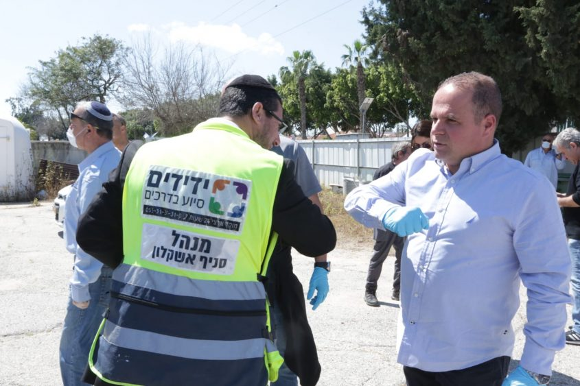 תומר גלאם והמתנדבים. צילום: דוברות עיריית אשקלון