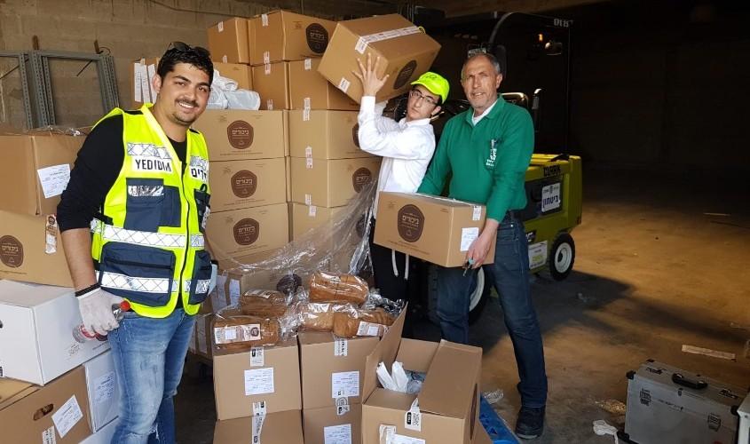 המתנדבים וסלי המזון. צילום: ידידים סיוע בדרכים