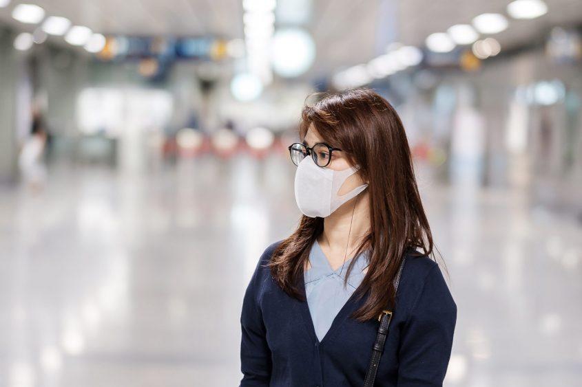 נזהרים מהידבקות הנגיף הקורונה. צעירה במקום ציבורי. אילוסטרציה: א.ס.א.פ קריאייטיב / INGIMAGE