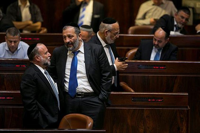 """ח""""כ יצחק כהן ואריה דרעי בכנסת. צילום: אוליבייה פיטוסי"""