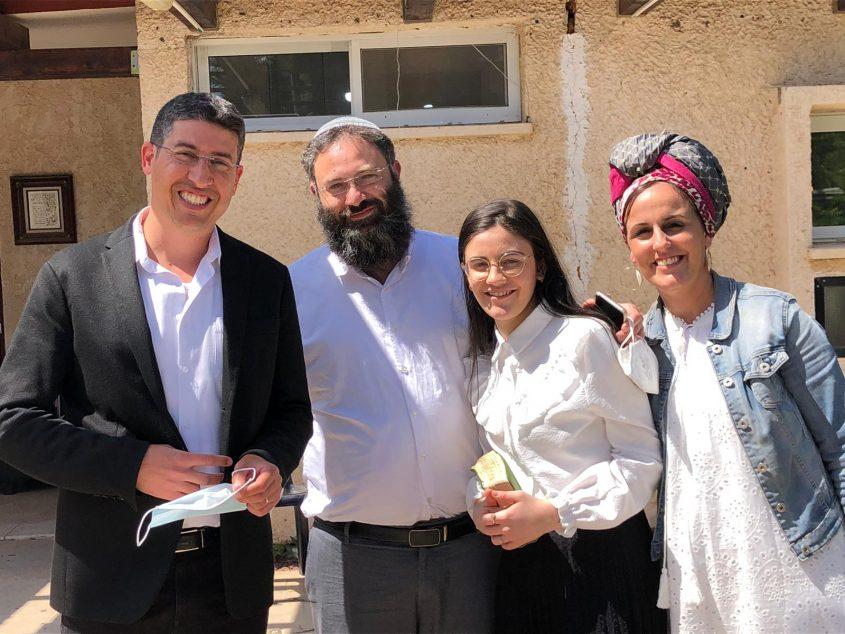 רות כהן עם הוריה ועם ראש המועצה אדיר נעמן