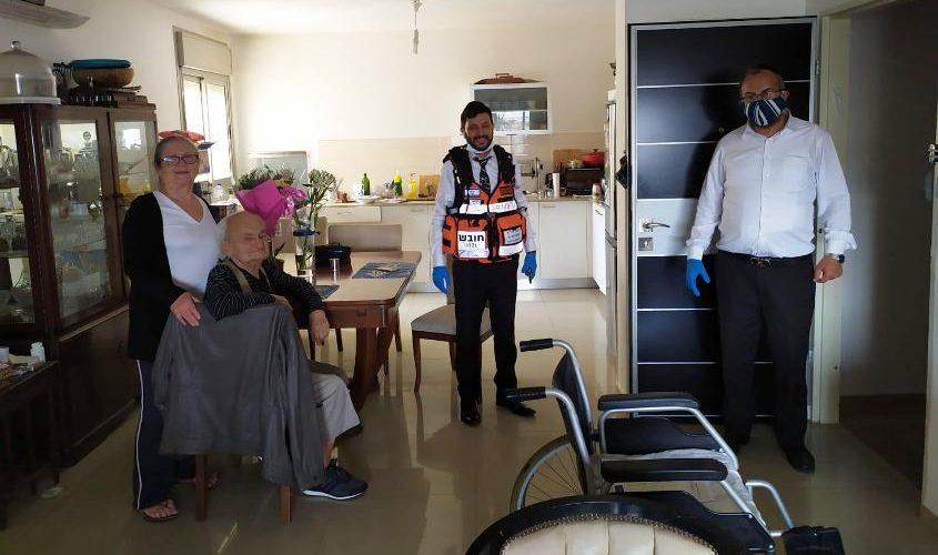 הרב יעקב אביטן והרב שמעון לוגסי בביתה של ניצולת שואה