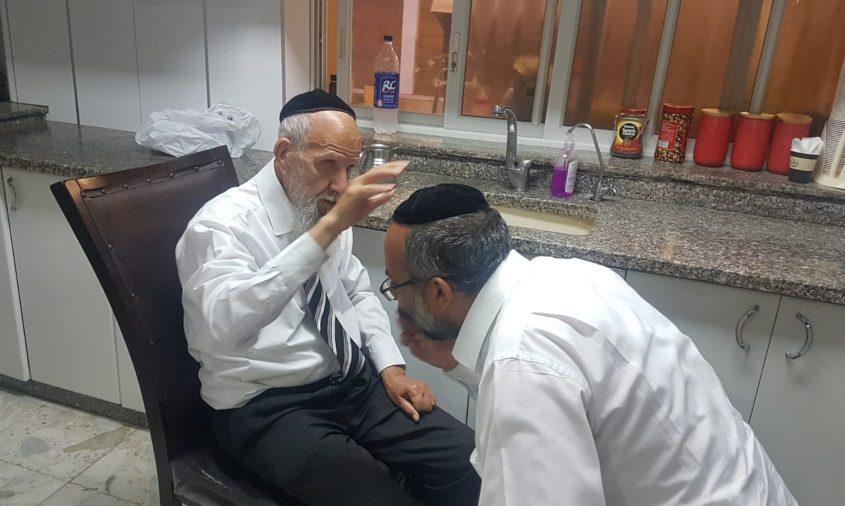 הרב יעקב מקבל את ברכת אביו לאחר הבשורה על המינוי