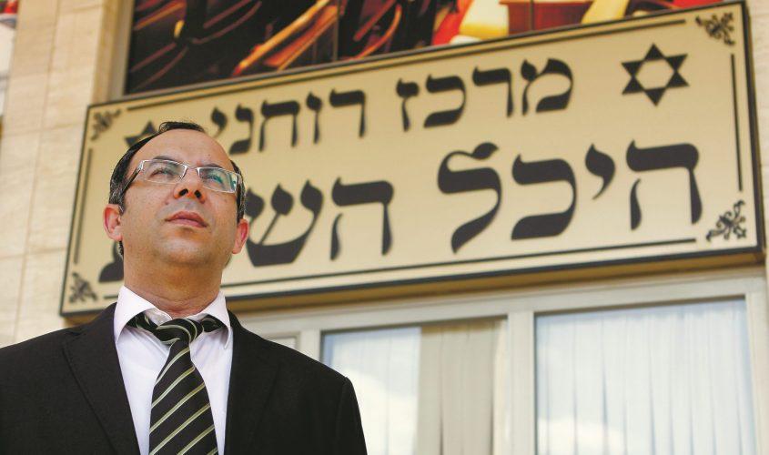 """הרב יעקב אביטן בכניסה לבית הכנסת """"היכל השבת"""". צילום: פבל"""