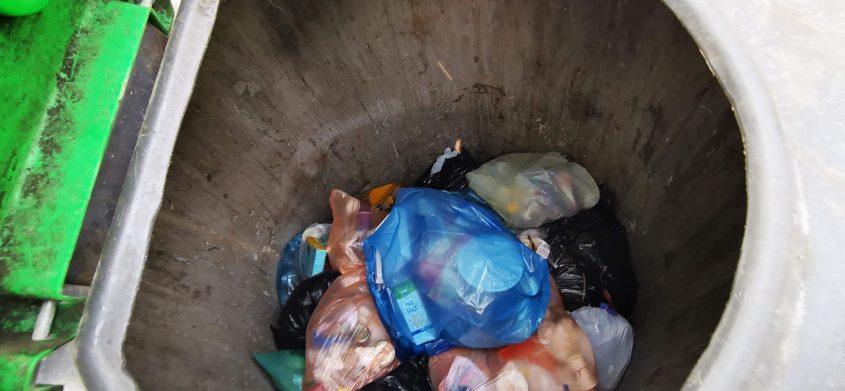 פח מוטמן ללא שקית. איך יוציאו משם את האשפה?