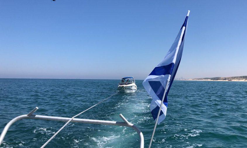 מחלצים את הסירה. צילום: דוברות המשטרה