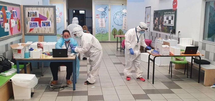מתחם בדיקות הקורונה שהוקם במסדרון בית הספר. צילום: שירותי בריאות כללית