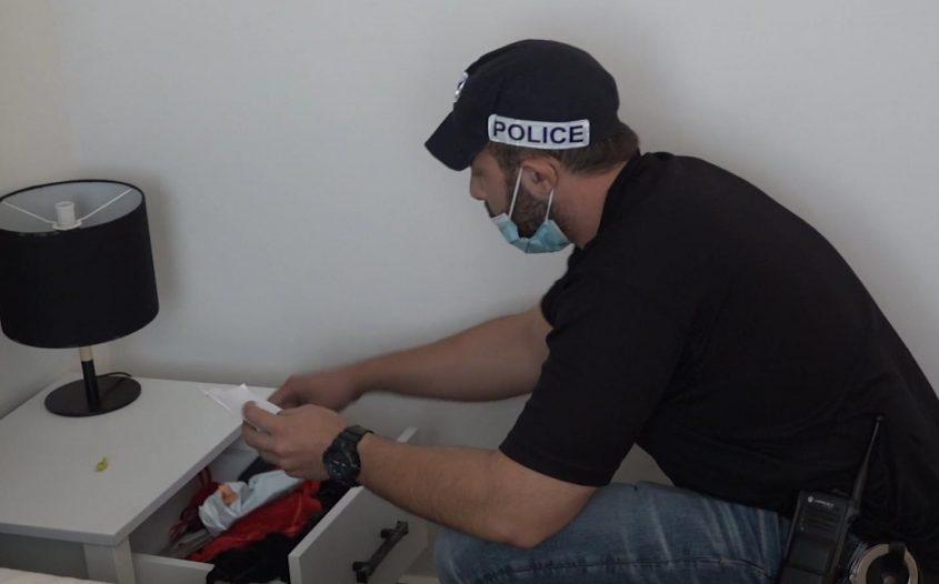 מבצעים חיפוש בבתים. צילום: דוברות המשטרה