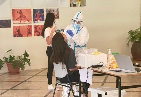 תלמידות עורכות בדיקת קורונה. צילום: שירותי בריאות כללית