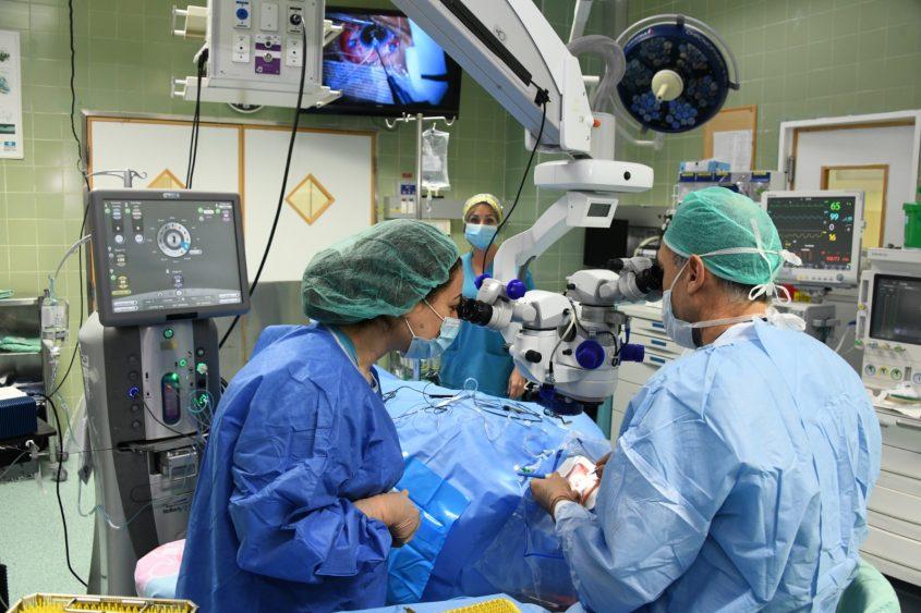 ד״ר דוד האוזר והאחות רחלי חדריאן בניתוח השתלת קרנית בברזילי. צילום: דוד אביעוז