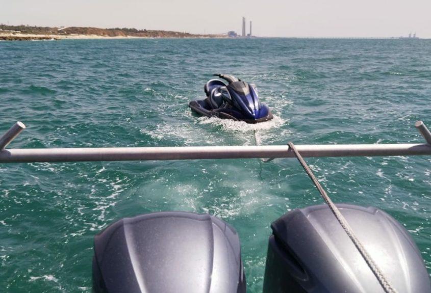 סירת השיטור הימי גוררת את אופנוע הים הרחק משובר בגלים. צילום: דוברות המשטרה