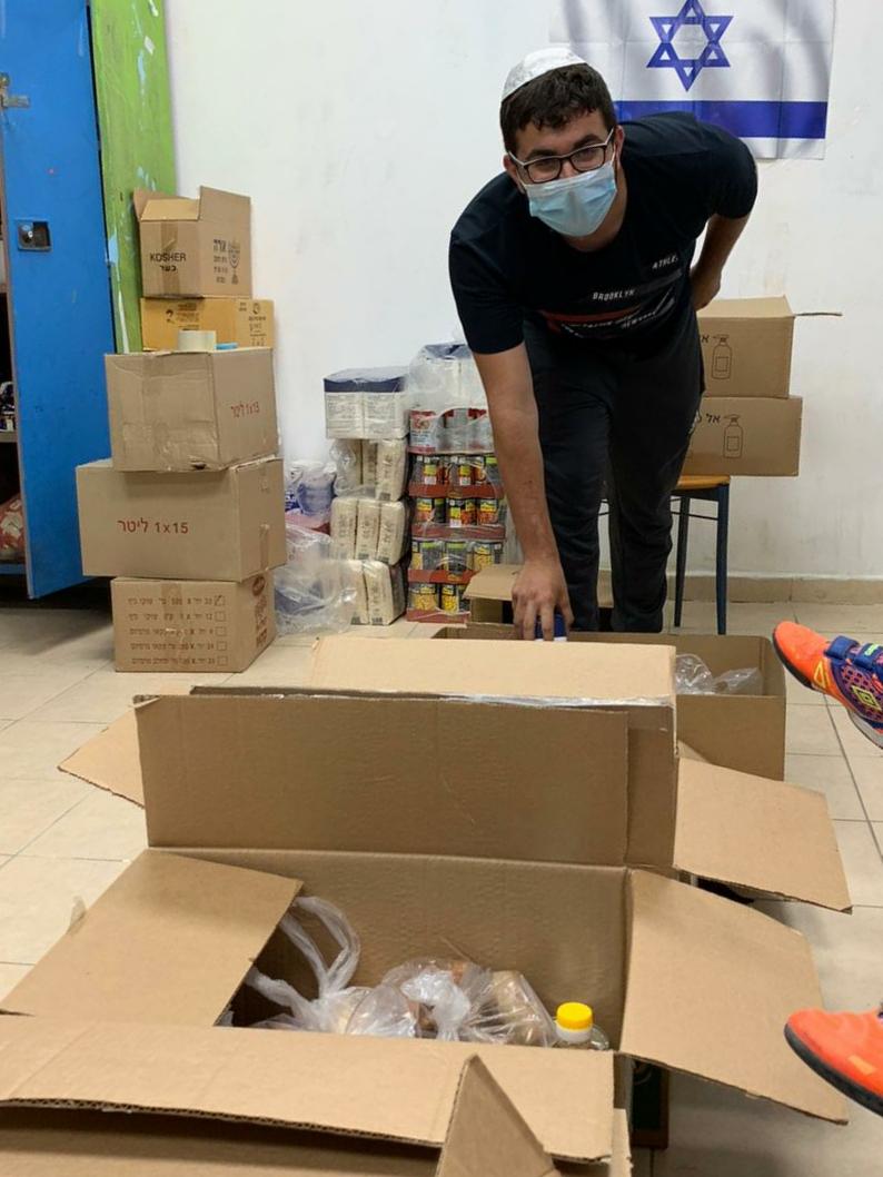 """זה ממלא אותו. אריאל בובליל ממלא את הקרטונים במזון לנזקקים בגמ""""ח ברנע"""