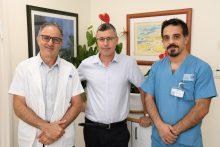 השקת מרפאת אנדומטריוזיס בברזילי: פרופ' אייל ענתבי מדבר על המחלה שמשתקת נשים רבות. בתמונה משמאל לימין - פרופ ענבתי, פרופ גמר ודר נמזוב. צילום: אביעוז דוד דוברות ברזילי