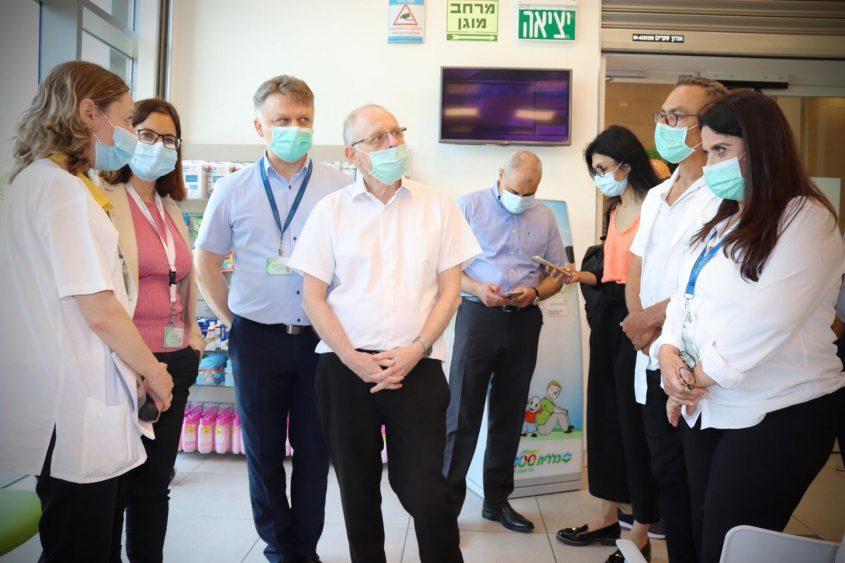 מנכ״ל הכללית הפרופ׳ אהוד דוידסון עם מארחיו ממרפאות אשקלון. צילום: שירותי בריאות כללית