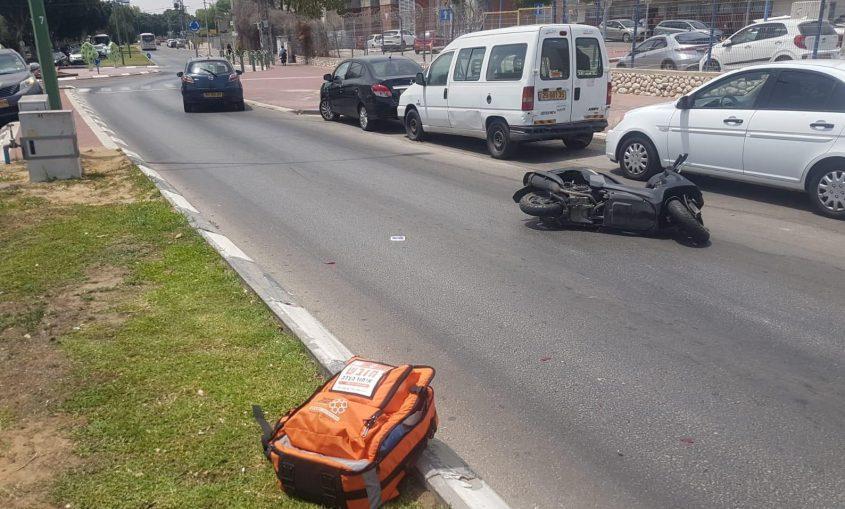 זירת התאונה עם האופנוע ברחוב ההסתדרות. צילום: דוברות איחוד הצלה