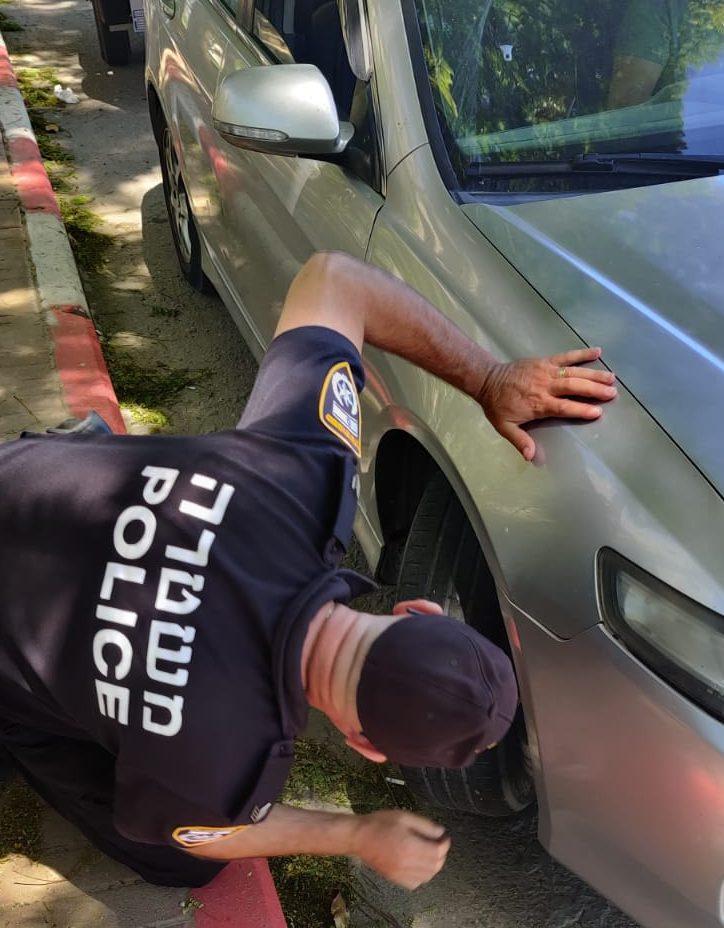 שוטר תנועה בוחן את תקינות אחד הרכבים שנעצר במהלך המבצע. צילום: דוברות המשטרה