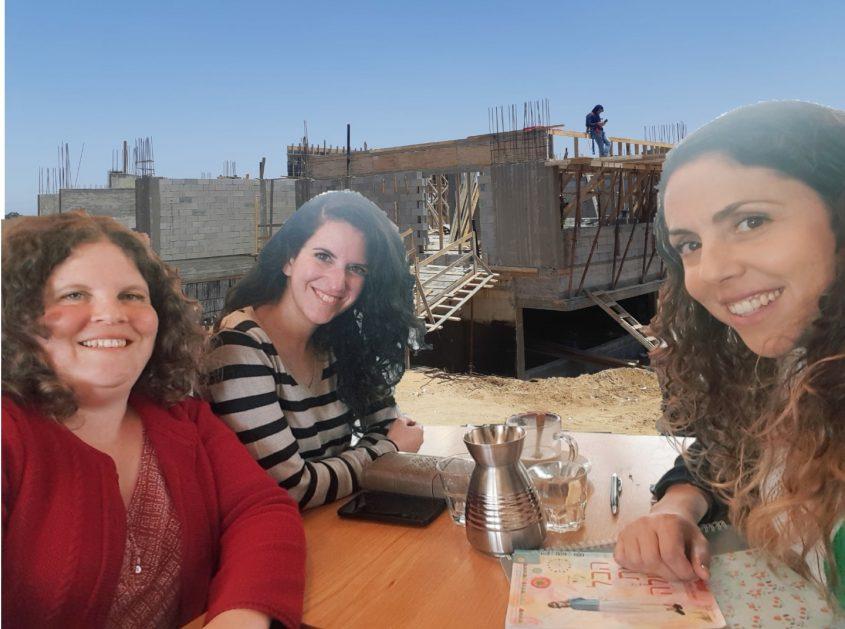 מאיה אמסאלם, רונית דורות וענבר לייבוביץ על רקע בית הספר שכבר החלה בנייתו.