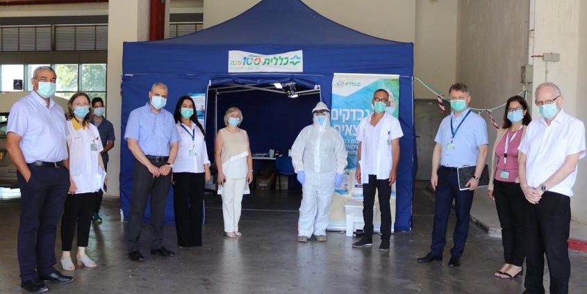 מנכ״ל הכללית הפרופ׳ אהוד דוידסון עם צוות תחנת בדיקות הקורונה של הכללית באשקלון. צילום: שירותי בריאות כללית