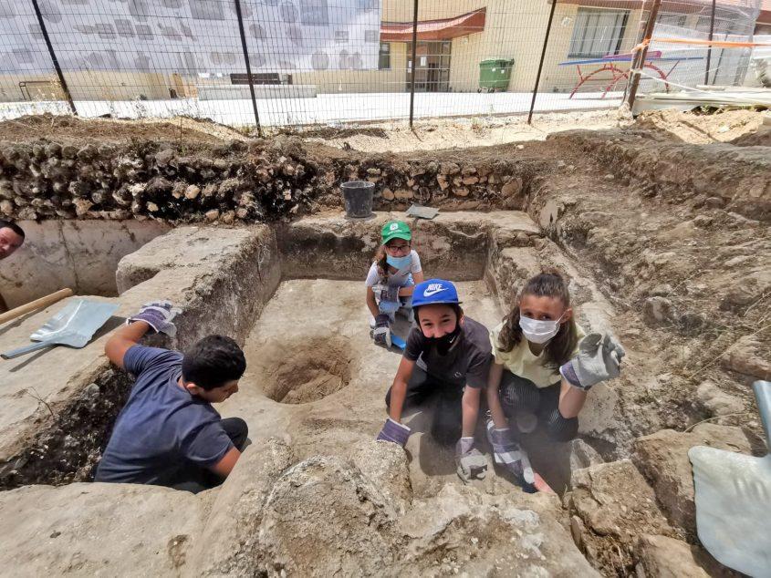 התלמידים בגת הקדומה שנמצאה בחצר בית הספר. צילום: דריה פוקשנסקי אלגם, רשות העתיקות