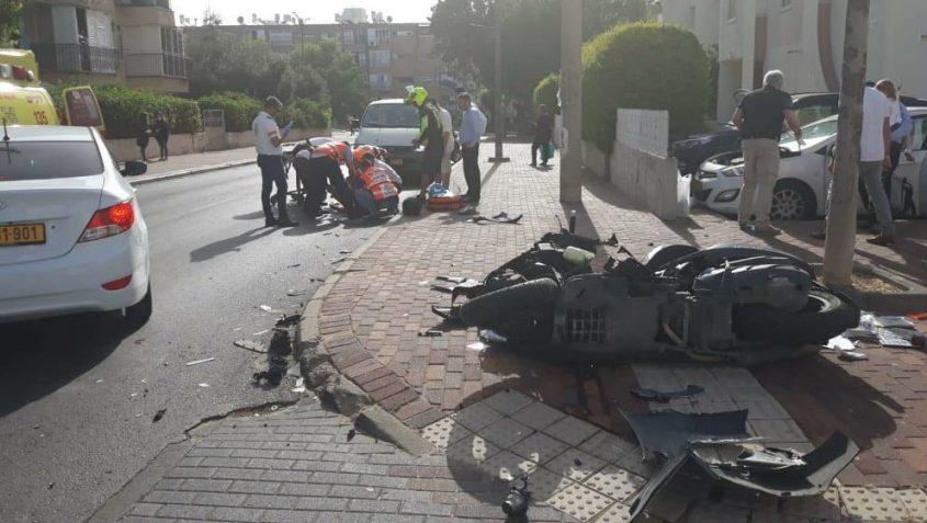 הקטנוע ההפוך והפצוע שמטופל בשטח בתאונה הבוקר ברחוב פינס. צילום: דוברות איחוד הצלה