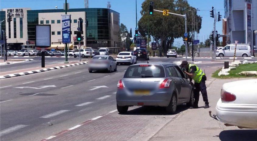 שוטר תנועה עוצר רכב סמוך לקניון חוצות. צילום: דוברות המשטרה