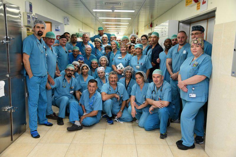 """ד""""ר פבלו בוקסנבוים והאחות הראשית רחל אשכנזי חוגגים שנה לחדרי הניתוח בברזילי. בתמונה: צוות חדר ניתוח - צולם טרם הקורונה. צילום רפואי המרכז הרפואי ברזילי"""