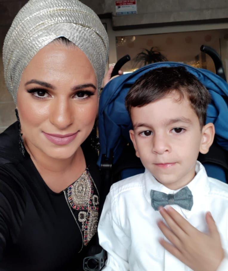 אופירה חאלוויה עם בנה