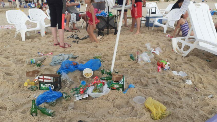 פסולת שהושארה בחוף. צילום: אורה לוי