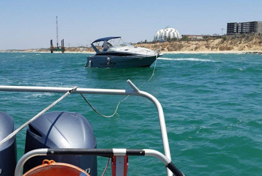 הסירה נגררת על ידי סירת השיטור הימי. צילום: דוברות המשטרה