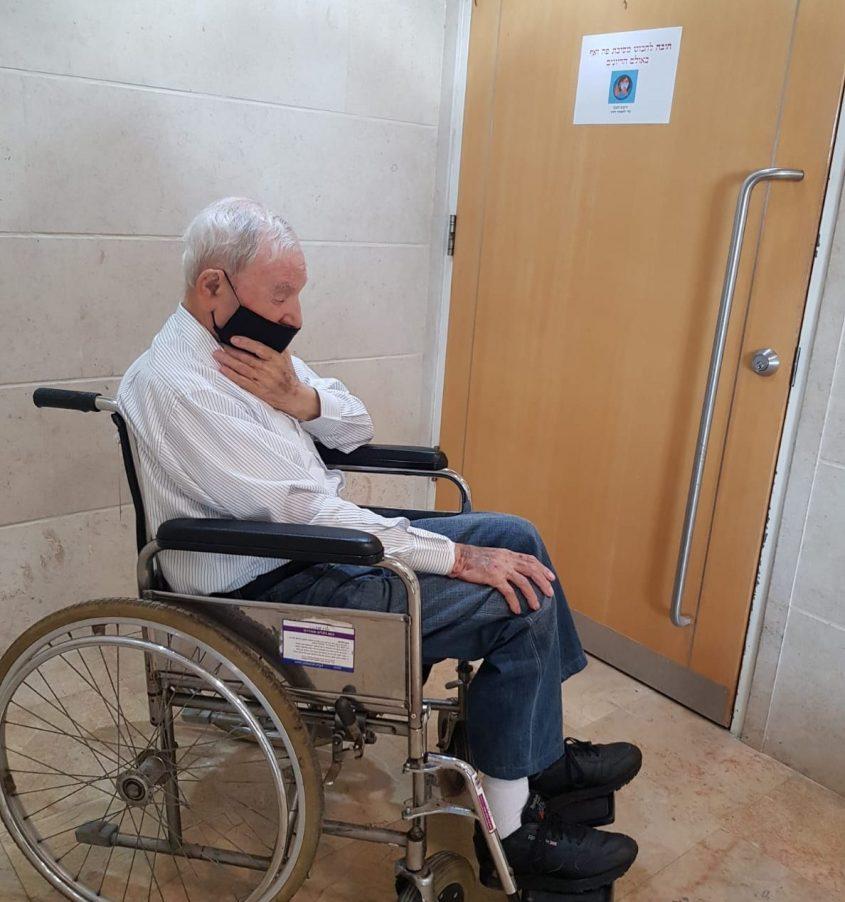 נכה בכיסא גלגלים ניצול שואה